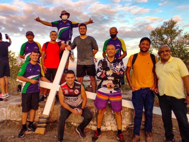 Veja o vídeo: Subida da Cruz ao topo do Cruzeiro de Quixeramobim